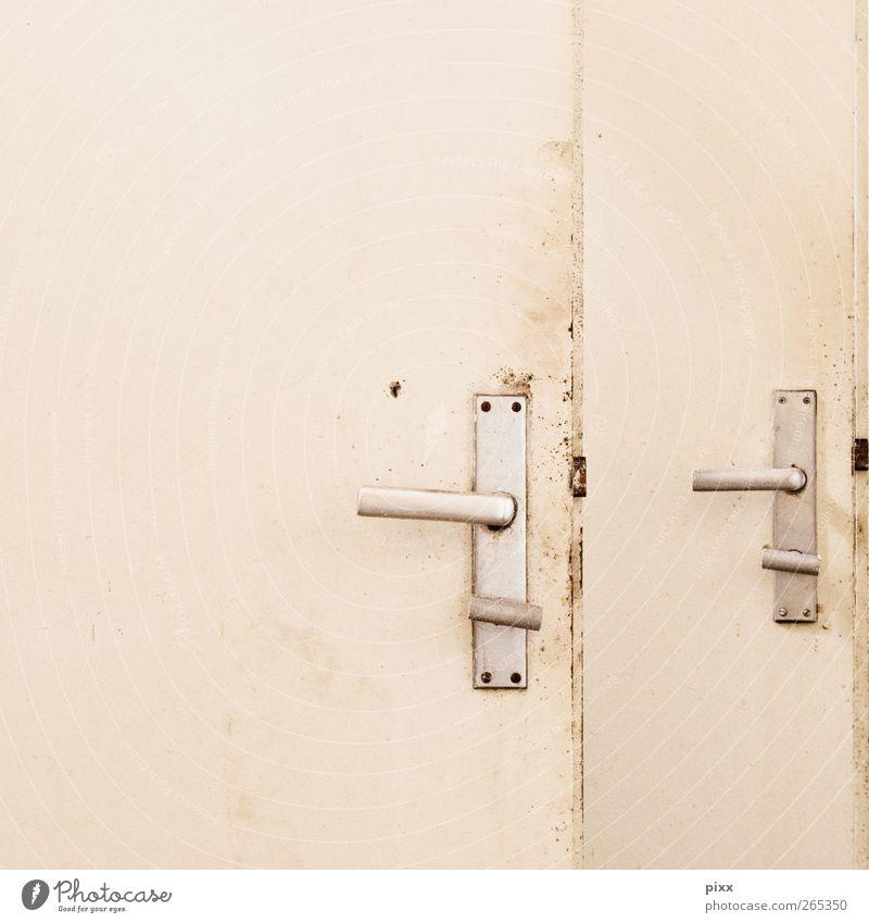 analoges LogOut Renovieren Bad Tür Holz Metall trashig trist weiß Verbote Verfall Vergänglichkeit Griff 2 Toilette schließen geschlossen offen Quadrat dreckig