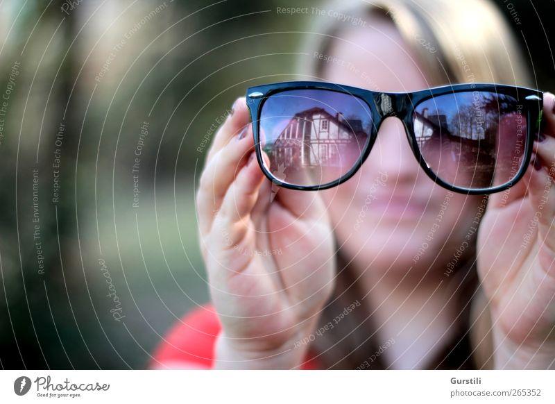 Brillenfrau feminin Jugendliche 1 Mensch Sonnenbrille beobachten festhalten Blick Coolness trendy geheimnisvoll Identität Neugier Farbfoto Außenaufnahme