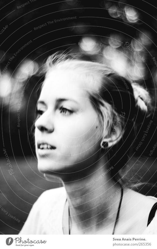 mal wieder zeit. feminin Junge Frau Jugendliche Haare & Frisuren Gesicht 1 Mensch 18-30 Jahre Erwachsene schlechtes Wetter Park Accessoire Dutt träumen dunkel