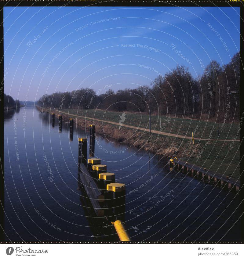 kanalisiert Ausflug Ferne Freiheit Landschaft Wasser Wolkenloser Himmel Frühling Baum Sträucher Küste Fluss Kanal Schleuse Witzeede Binnenschifffahrt Deich
