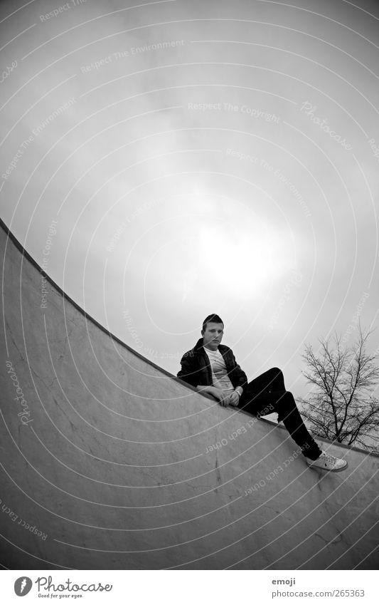 hanging aROUND maskulin Junger Mann Jugendliche 1 Mensch Himmel Wolken Coolness dunkel rund Bogen sitzen liegen hängen Beton Betonwand Betonmauer
