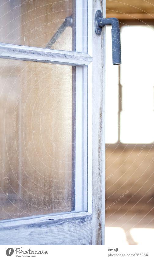 Charme Haus Balkon Terrasse Fenster Tür Griff alt hell Farbfoto Außenaufnahme Nahaufnahme Detailaufnahme Menschenleer Tag Schwache Tiefenschärfe