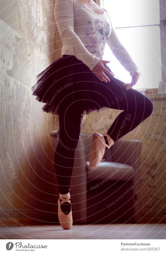 Ballet IV. Junge Frau Jugendliche Erwachsene Arme Beine Fuß 1 Mensch Bewegung Energie Kunst Kraft Stil Balletttänzer Ballettschuhe Tanzen Körperhaltung vertikal