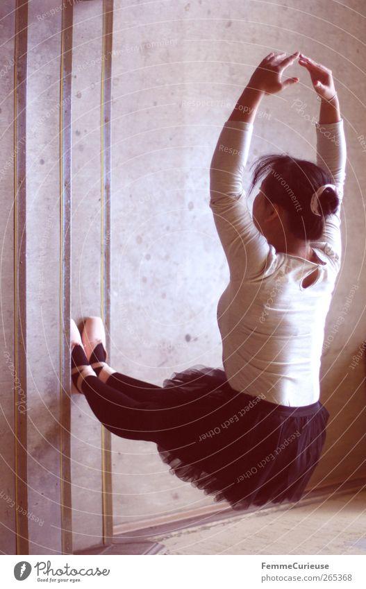 Ballet V. Mensch Frau Jugendliche ruhig Erwachsene Erholung Wand Bewegung Junge Frau Beine Kraft Arme 18-30 Jahre Energie ästhetisch Perspektive