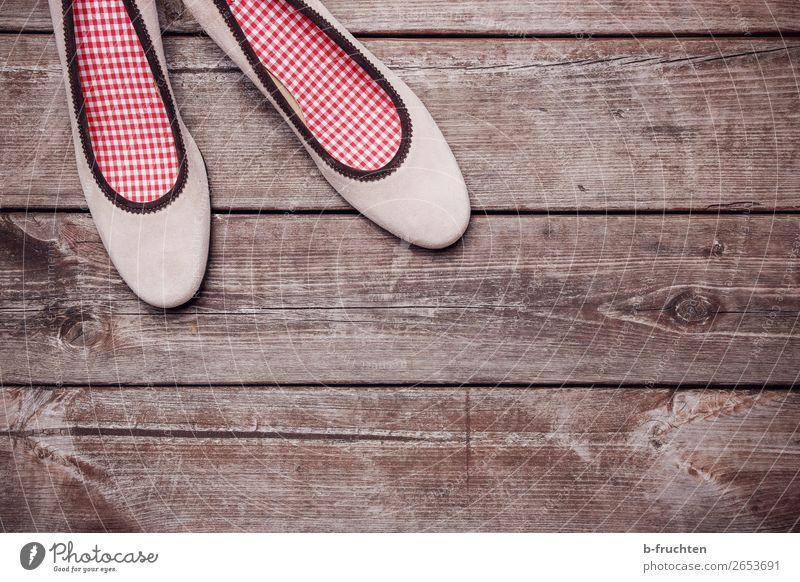 Damen-Pumps auf Holzbrettern Schuhe Damenschuhe wählen beobachten stehen paarweise Tracht verloren vergessen Einsamkeit Farbfoto Nahaufnahme Menschenleer