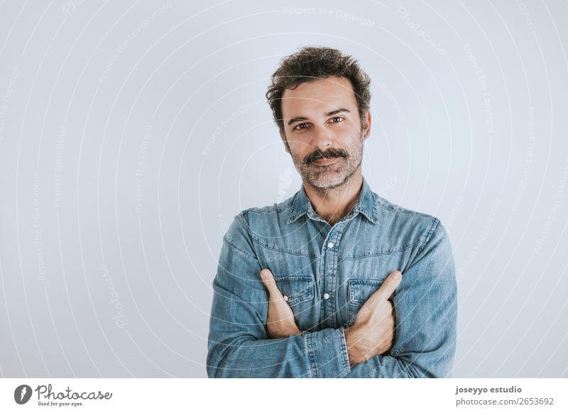 Mann mit Schnurrbart stehend mit verschränkten Armen. Lifestyle Glück Gesicht Mensch Erwachsene Mode Hemd Lächeln Coolness trendy braun selbstbewußt attraktiv