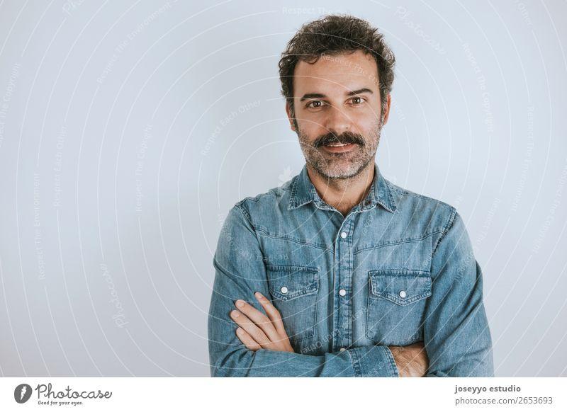 Lächelnder Mann mit Schnurrbart und verschränkten Armen. Lifestyle Glück Gesicht Mensch Erwachsene Mode Hemd stehen Coolness trendy braun grau selbstbewußt