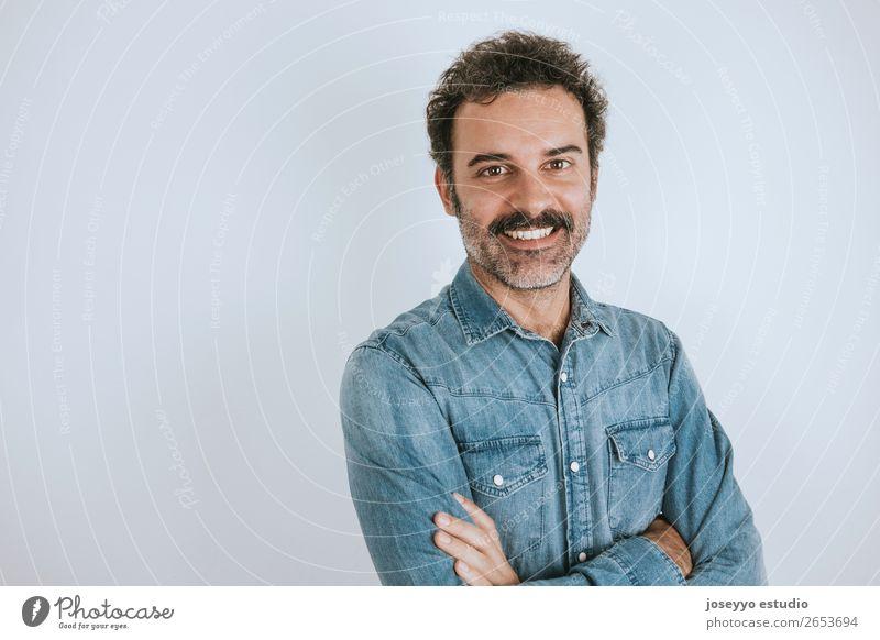 lächelnder Mann mit Schnurrbart Lifestyle Glück Gesicht Mensch Erwachsene Mode Hemd Lächeln stehen Coolness trendy braun selbstbewußt attraktiv Hintergrund