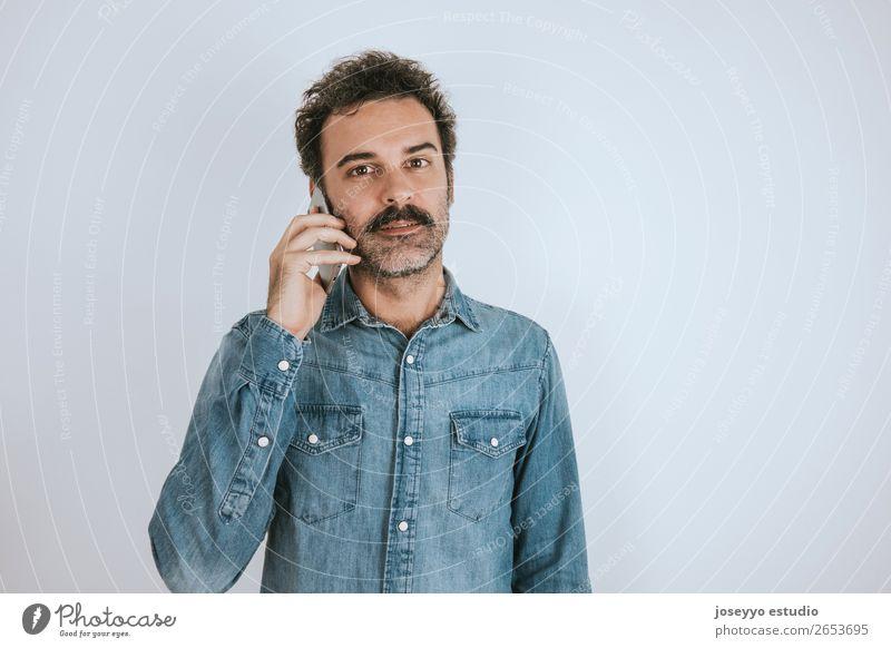Mann mit Schnurrbart, der am Telefon spricht. Lifestyle Gesicht sprechen PDA Mensch Erwachsene Mode Hemd stehen Telefongespräch Coolness trendy braun