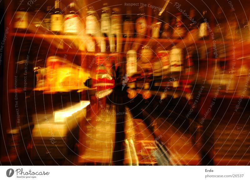 Schräger Alkohol Regal Zapfhahn Zoomeffekt Langzeitbelichtung Hohe-Blende