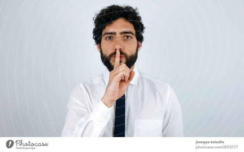 Mann mit Hemd und Krawatte bittet um Ruhe. Business Junger Mann Jugendliche 30-45 Jahre Erwachsene brünett Oberlippenbart Vollbart dünn elegant grau