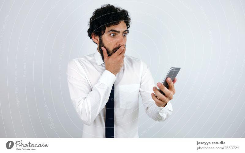 Geschäftsmann mit Handy in der Hand erstaunt Vollbart Business Telefongespräch Mitteilung Ausdruck Gesicht vergessen Internet Blick Mann Panik Problematik