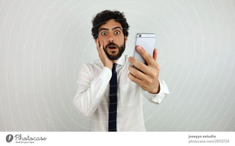 Geschäftsmann mit Handy in der Hand erstaunt Vollbart Business Telefongespräch Mitteilung Ausdruck Gesicht Blick Mann Büro Panik Problematik erinnern