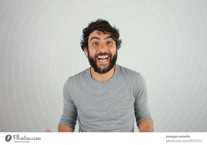 Fröhlicher, gutaussehender, brünetter Mann. Lifestyle Stil Erwachsene 30-45 Jahre T-Shirt Locken Oberlippenbart Vollbart Lächeln lachen authentisch Coolness