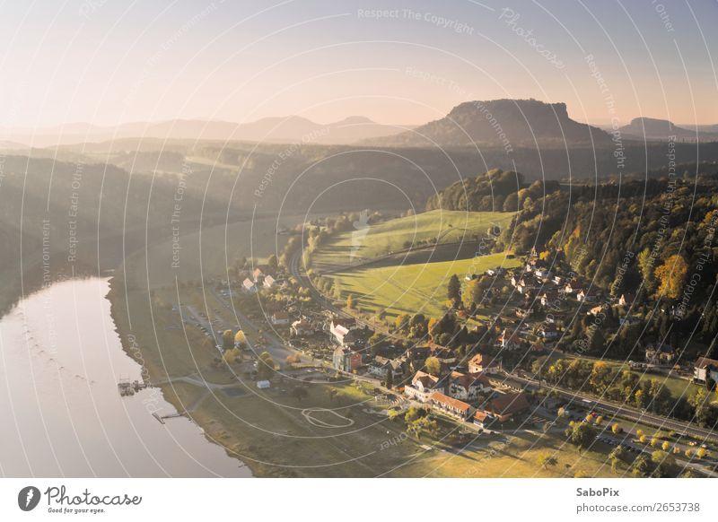 Morgen am Fluss Umwelt Natur Landschaft Himmel Wolkenloser Himmel Horizont Sonnenlicht Herbst Flussufer Tafelberg Rathen Dorf Menschenleer Haus blau gelb grün