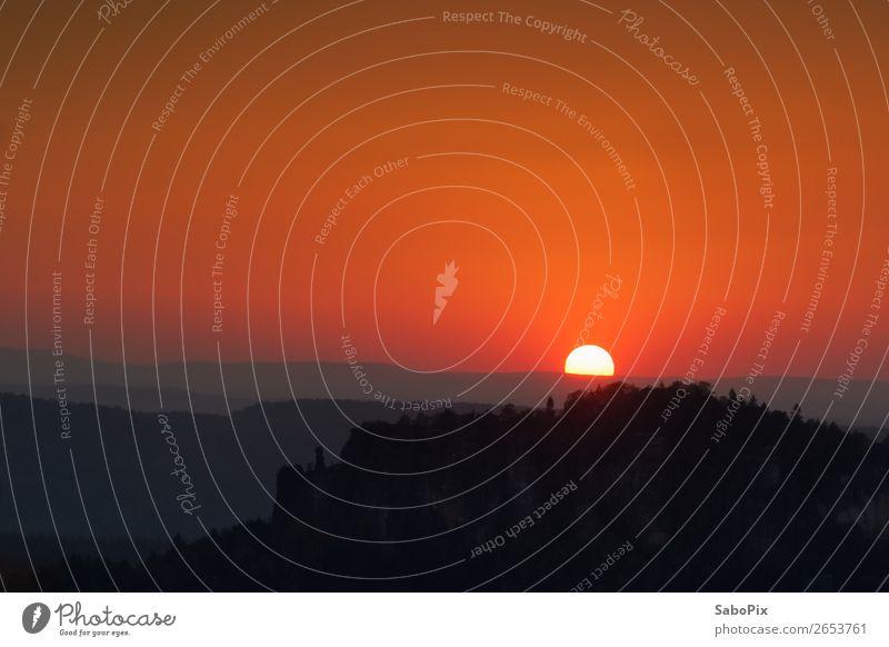 Sonnenuntergang über dem Pfaffenstein Felsen Stein grau orange rot schwarz Stimmung Zufriedenheit Romantik schön achtsam Beginn Einsamkeit Erholung Horizont