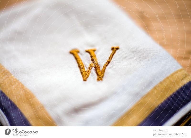 W Buchstaben Schriftzeichen schreiben initiale w Sticken gestickt Nähgarn gold gelb Taschentuch Handarbeit Haushaltsführung Typographie Schmuck Name Stoff
