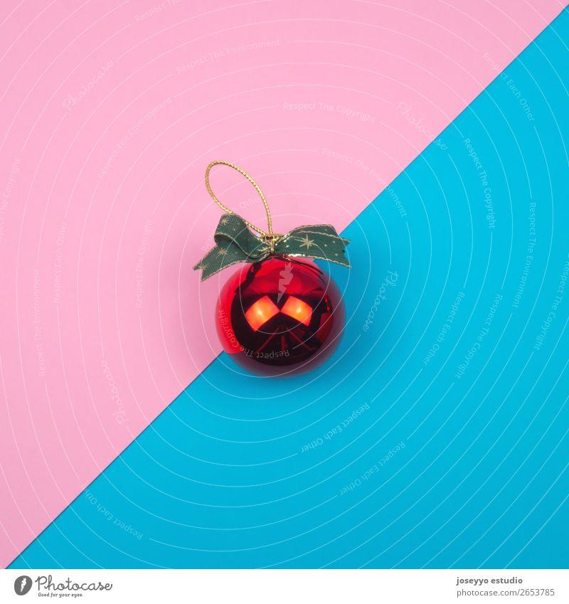Rote Weihnachtskugel auf blauem und rosa Hintergrund. Design Winter Dekoration & Verzierung Feste & Feiern Ball Handwerk einfach oben rot Kreativität