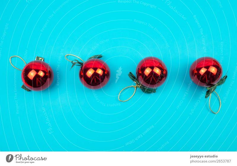 Weihnachtsmuster aus roten Kugeln. Design Winter Dekoration & Verzierung Feste & Feiern Ball Handwerk Papier einfach oben blau Kreativität Hintergrund