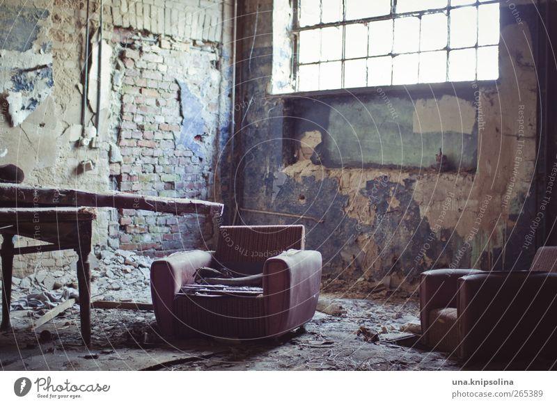 sitzmöbel Möbel Sessel Tisch Raum Ruine Mauer Wand Fenster alt dreckig kaputt chaotisch Verfall Vergangenheit Zerstörung verfallen Farbfoto Gedeckte Farben