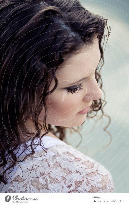 Porzellan feminin Junge Frau Jugendliche 1 Mensch Haare & Frisuren brünett Locken schön Farbfoto Außenaufnahme Nahaufnahme Tag Schwache Tiefenschärfe
