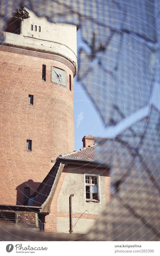 stillstand Uhr Haus Ruine Turm Bauwerk Gebäude Mauer Wand Fassade Fenster Dach Glas alt kaputt trist Perspektive Verfall Vergangenheit Vergänglichkeit