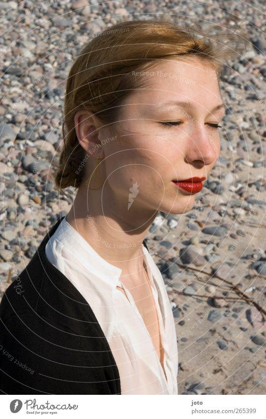 spürbar schön Lippenstift feminin Junge Frau Jugendliche Sand Sonnenlicht Schönes Wetter Strand Ostsee träumen ästhetisch elegant Erotik Glück Zufriedenheit