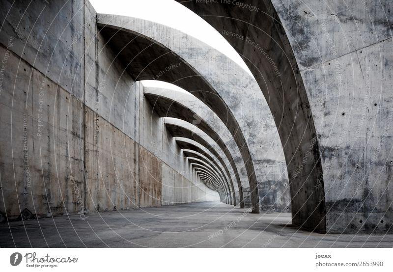 | ))) Bauwerk Mauer Wand Beton gigantisch braun grau schwarz weiß Kraft Gedeckte Farben Außenaufnahme Menschenleer Tag Kontrast Zentralperspektive