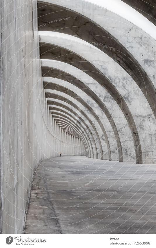|_))))) ) ) ) ) 1 Mensch Bauwerk Architektur Mauer Wand Beton gehen gigantisch groß hässlich grau schwarz weiß bizarr Puerto de Tazacorte Schwarzweißfoto
