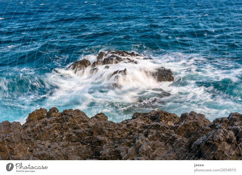 Du bleibst Wasser Felsen Wellen Meer eckig fest Flüssigkeit blau braun weiß Farbfoto Außenaufnahme Menschenleer Tag Kontrast Starke Tiefenschärfe