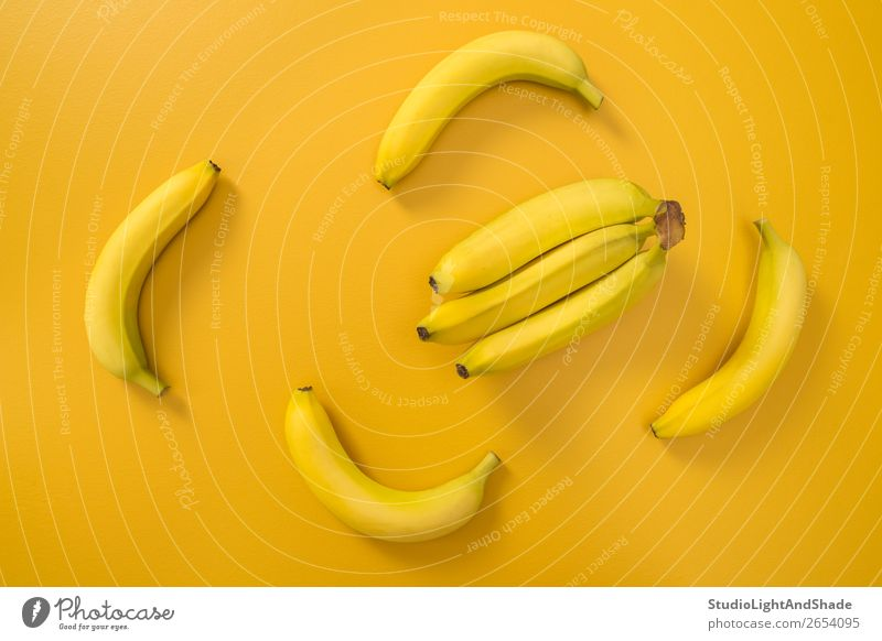 Bananen auf leuchtend gelbem Hintergrund Frucht Ernährung Vegetarische Ernährung Diät Design exotisch Freude Glück Gesunde Ernährung Sommer Natur einfach frisch