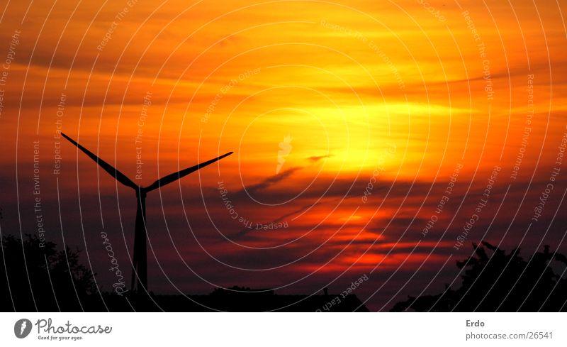 Windrad im Sonnenuntergang schwarz gelb orange Dach Windkraftanlage Erneuerbare Energie