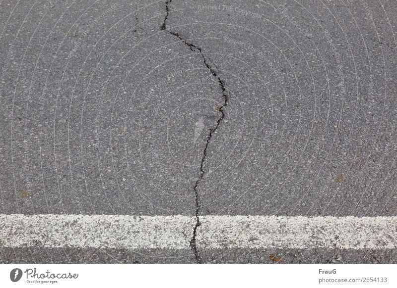 Weltschmerz| aufgerissen... Verkehrswege Straße Riss kaputt Asphalt Schilder & Markierungen Seitenstreifen Farbfoto Außenaufnahme Menschenleer