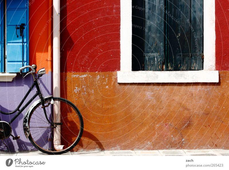Burano Fahrradfahren Venedig Italien Dorf Fischerdorf Altstadt Haus Mauer Wand Fassade Fenster Dachrinne Stein Häusliches Leben blau mehrfarbig violett rot Rad