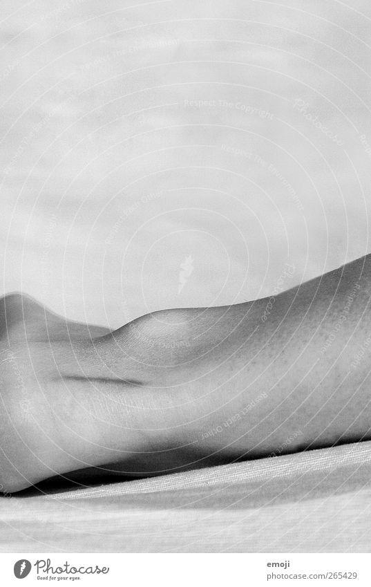 Liebe ist Beine Fuß Haut Skelett Narbe Gelenk dünn Schwarzweißfoto Innenaufnahme Nahaufnahme Detailaufnahme Textfreiraum oben Textfreiraum Mitte