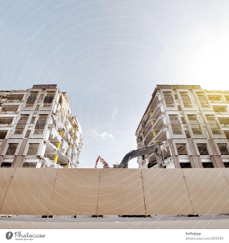 tod eines langzeitparkers Ruine Gebäude Architektur Mauer Wand Fassade Fenster Kraft stagnierend Abrissgebäude Demontage Bagger Baustelle Bauzaun Barriere Etage