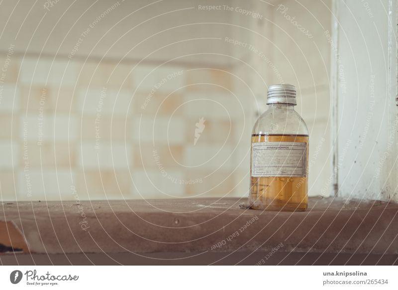 kein apfelsaft gelb Wand Mauer Glas dreckig Fliesen u. Kacheln Flüssigkeit Flasche Ruine Medikament anonym Russisch