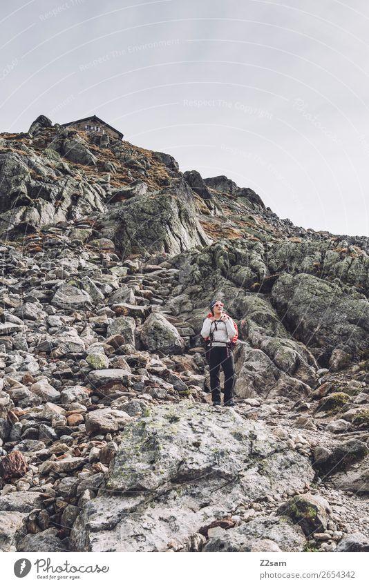 Junge Frau unterhalb der Braunschweiger Hütte | E5 Ferien & Urlaub & Reisen Abenteuer Expedition wandern Jugendliche schlechtes Wetter Alpen Berge u. Gebirge