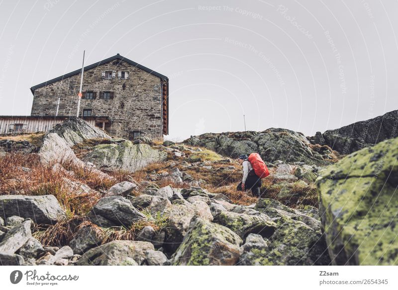 Junge Frau unterhalb der Braunschweiger Hütte | E5 Ferien & Urlaub & Reisen Abenteuer Expedition Berge u. Gebirge wandern Mensch Natur Landschaft