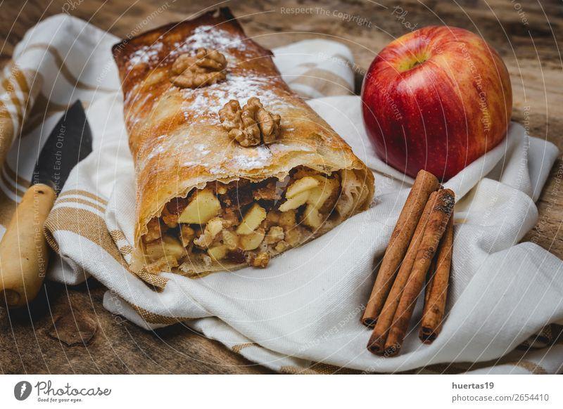 Hausgemachter Apfelstrudel mit Nüssen Frucht Dessert Süßwaren Tisch lecker Strudel Lebensmittel Zucker Muttern gebastelt Kuchen Backwaren gefüllt backen