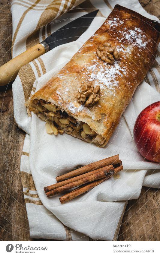 Hausgemachter Apfelstrudel mit Nüssen Lebensmittel Frucht Dessert Süßwaren Tisch lecker Strudel Zucker Muttern gebastelt Kuchen Backwaren gefüllt backen