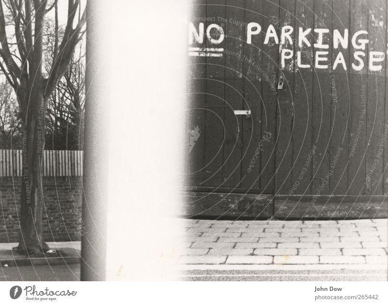 no park in the parking lot Baum Garten Park Stadt Straße Schriftzeichen Verbote Parkverbot London parken pflastern Englisch Handschrift Garagentor Tor Hütte