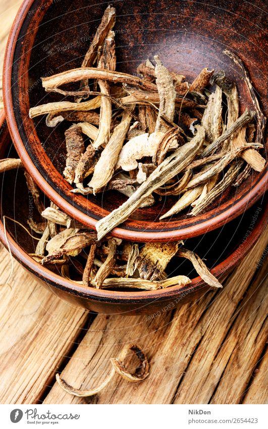 Heilkräuter und Kräutertee Kräuterbuch Getränk Heilung trocknen Gesundheit trinken Tasse Medizin Immunität Becher natürlich Blatt Pflanze Holzhintergrund