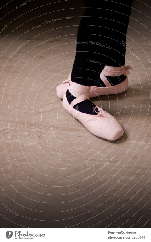 Ballet VI. Tanzen Tänzer Balletttänzer Präzision Ballettschuhe rosa Strumpfhose schwarz Körperhaltung üben Sport-Training Textfreiraum links Künstler Farbfoto