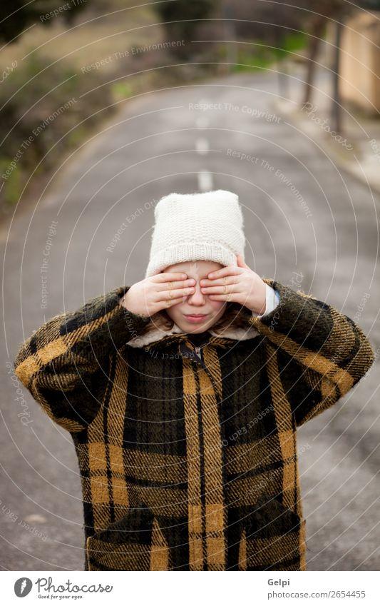 Schönes kleines Mädchen mit Wollmütze, die ihre Augen bedeckt. Freude schön Gesicht Spielen Winter Kind Mensch Kleinkind Frau Erwachsene