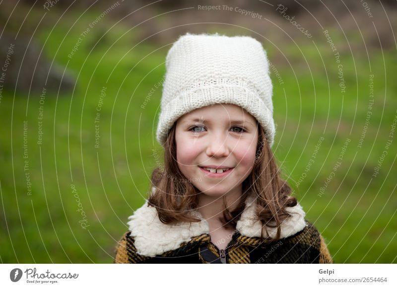 Hübsches Mädchen in einem Park im Winter Freude Glück schön Gesicht Garten Kind Mensch Kleinkind Frau Erwachsene Familie & Verwandtschaft Kindheit Natur Herbst