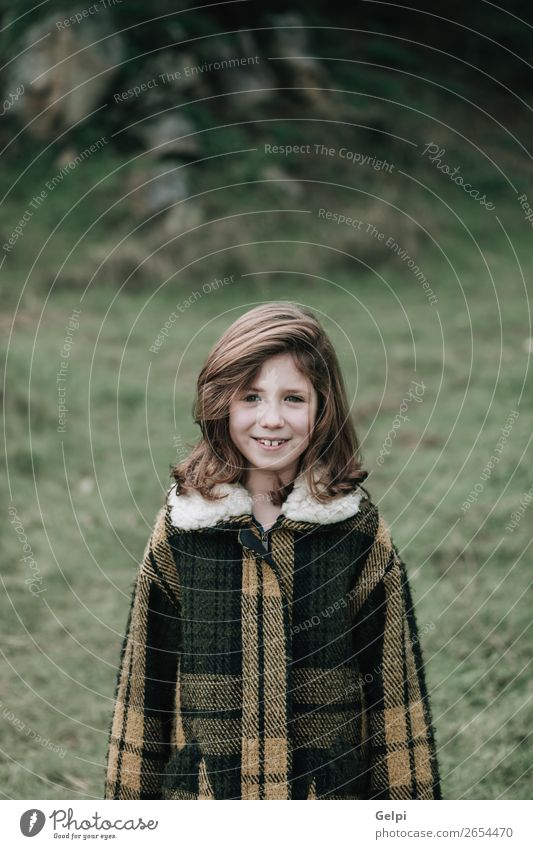 Schönes Mädchen mit Mantel Freude Glück schön Gesicht Winter Garten Kind Mensch Kleinkind Frau Erwachsene Familie & Verwandtschaft Kindheit Natur Herbst Wärme