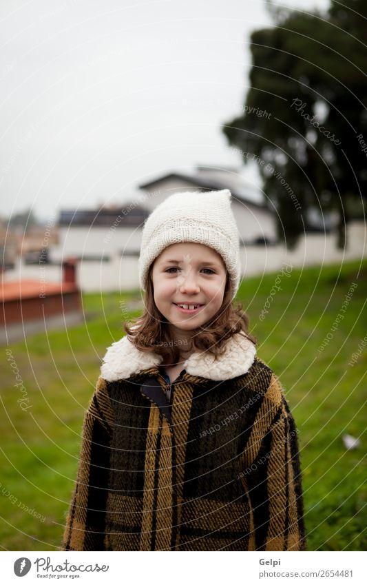 Hübsches kleines Mädchen auf der Straße. Freude Glück schön Gesicht Winter Haus Kind Mensch Kleinkind Frau Erwachsene Familie & Verwandtschaft Kindheit Herbst