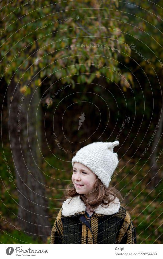 Hübsches Mädchen mit Wollmütze im Park Freude Glück schön Gesicht Winter Garten Kind Mensch Kleinkind Frau Erwachsene Familie & Verwandtschaft Kindheit Natur