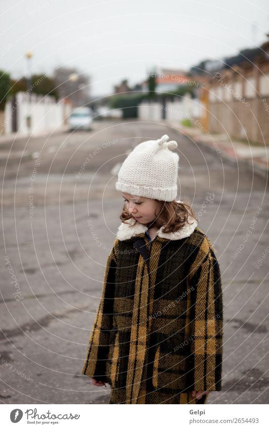 Schönes Mädchen mit Wollmütze im Winter Freude Glück schön Gesicht Kind Mensch Kleinkind Frau Erwachsene Familie & Verwandtschaft Kindheit Herbst Wärme Straße